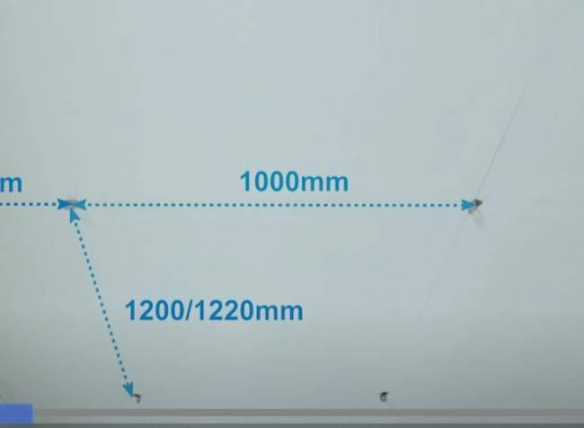Khoảng cách giữa 2 điểm treo dọc thanh T chính